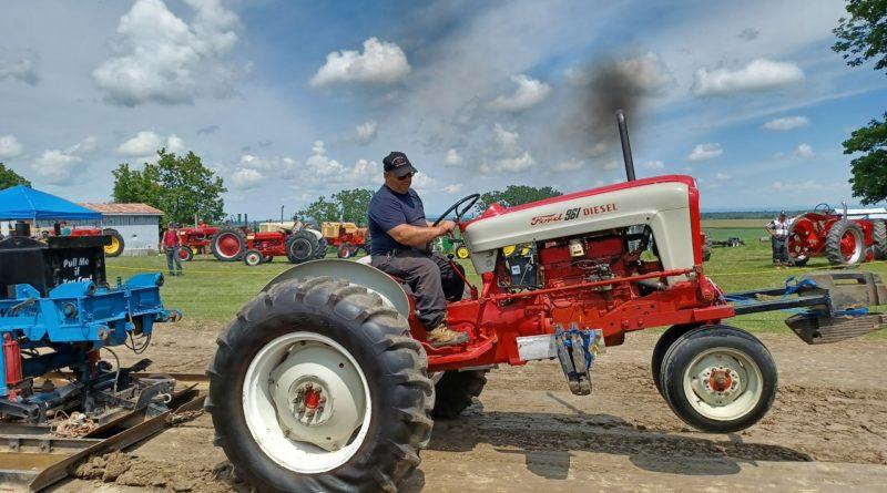 Antique tractors prove their strength at Ste-Anne-de Prescott pull